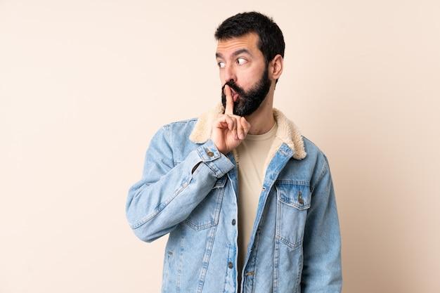 Homem caucasiano com barba mais isolado mostrando um sinal de gesto de silêncio colocando o dedo na boca Foto Premium