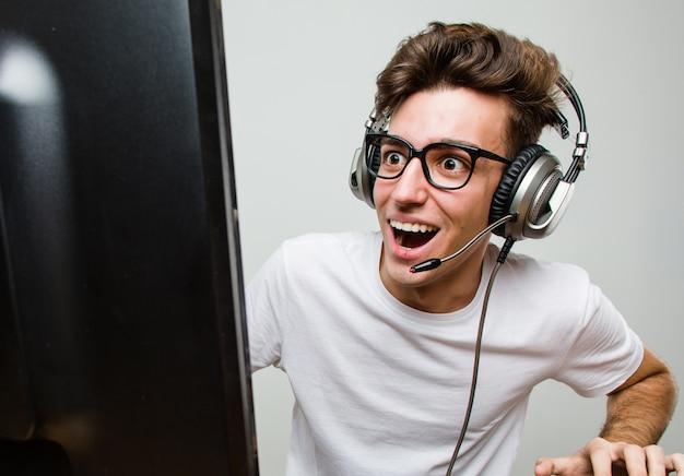 Homem caucasiano de adolescente jogando jogos de computador Foto Premium