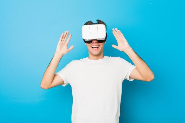Homem caucasiano de adolescente usando um óculos de realidade virtual Foto Premium