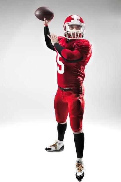 Homem caucasiano de fitness como jogador de futebol americano segurando uma bola em branco Foto gratuita
