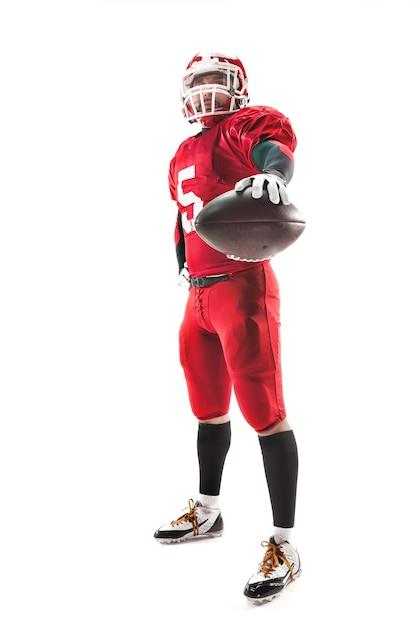 Homem caucasiano de fitness como jogador de futebol americano segurando uma bola no fundo branco Foto gratuita