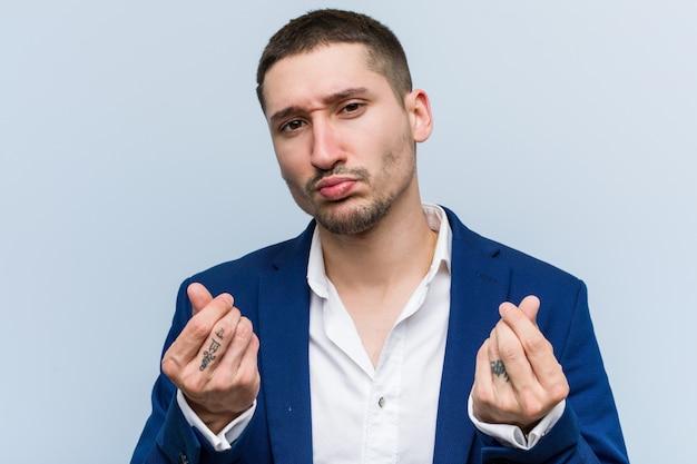 Homem caucasiano do negócio novo que mostra que não tem nenhum dinheiro. Foto Premium
