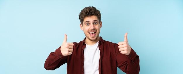 Homem caucasiano isolado fundo fazendo um gesto de polegar para cima Foto Premium
