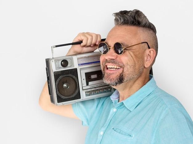 Homem caucasiano, segurando, jukebox, sorrizo Foto Premium