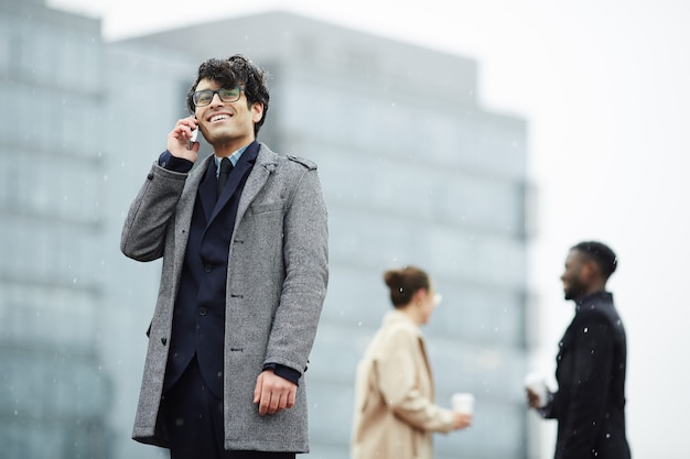 Homem chamando ao ar livre Foto gratuita
