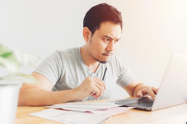 Homem chateado e sério tem problemas com faturamento e dívidas. Foto Premium