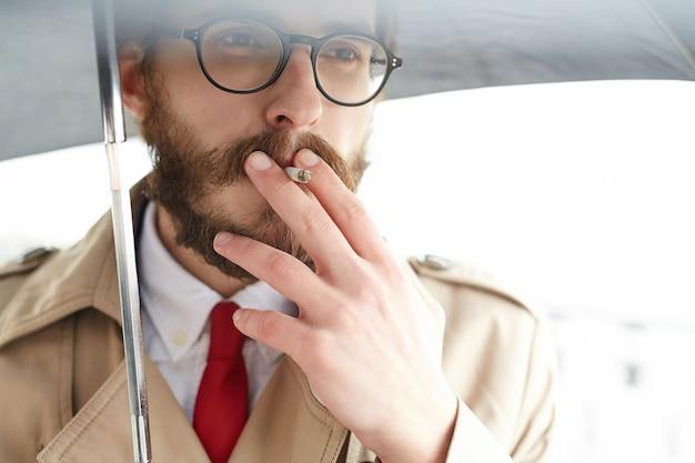 Homem cigarro Foto gratuita