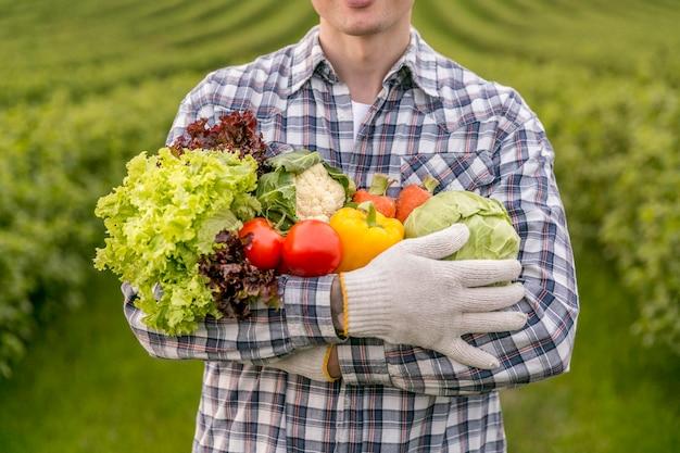 Homem close-up com legumes Foto Premium