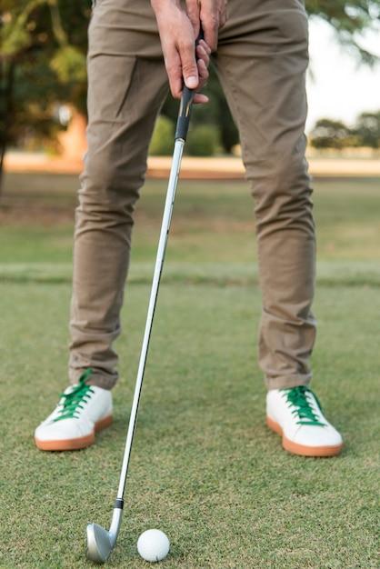 Homem close-up, jogando golfe Foto gratuita