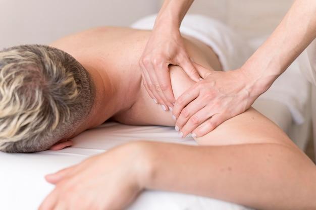 Homem close-up sendo massageado Foto gratuita