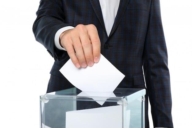 Homem colocando cédula na urna Foto Premium