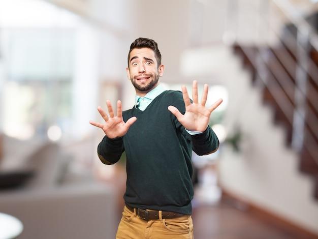 Homem com as mãos levantadas proteger-se Foto gratuita