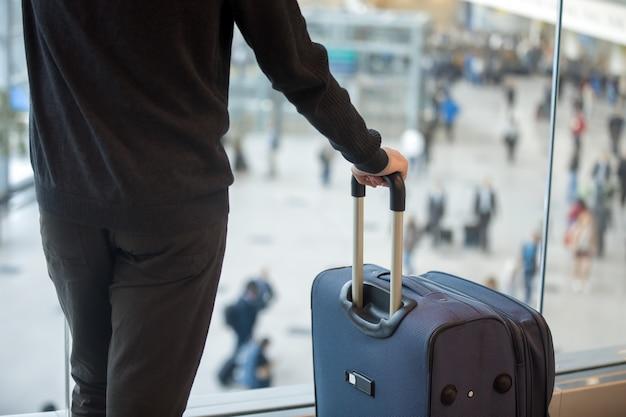 Homem com bagagem Foto gratuita