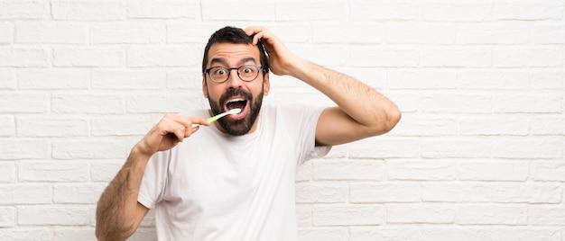 Homem, com, barba, dentes escovando Foto Premium
