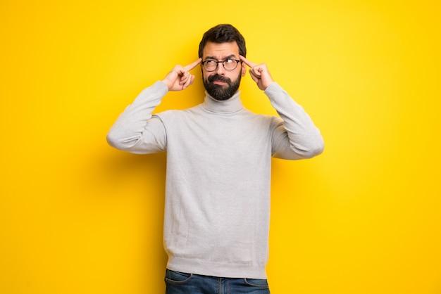 Homem, com, barba, e, gola alta, tendo, dúvidas, e, pensando Foto Premium