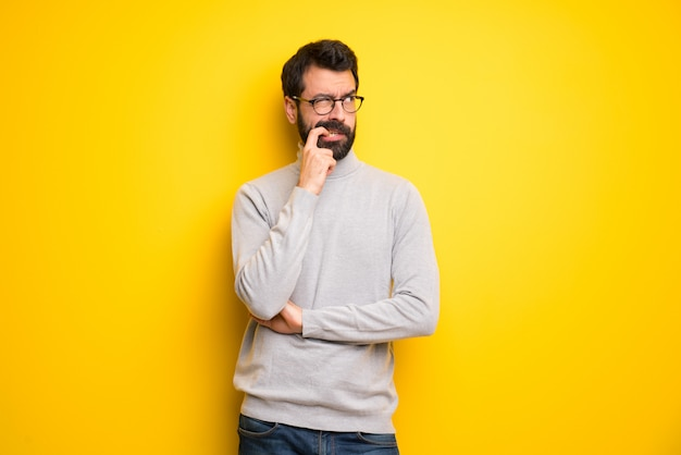 Homem, com, barba, e, gola alta, tendo, dúvidas, enquanto, olhar Foto Premium