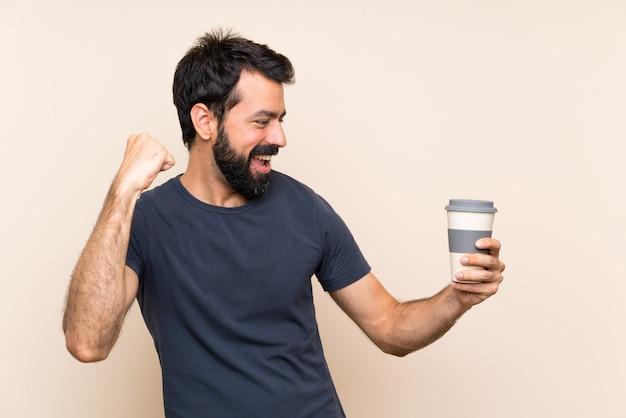 Homem, com, barba, segurando, um, café, celebrando, um, vitória Foto Premium