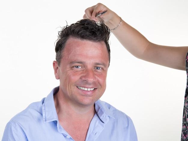 Homem com cabeleireiro fazer corte de cabelo no salão de beleza. Foto Premium