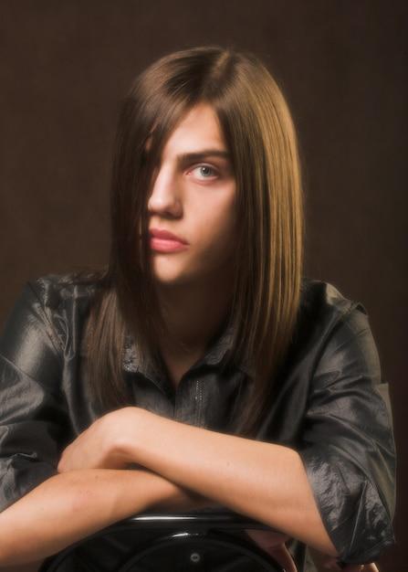 Homem com cabelo comprido Foto Premium