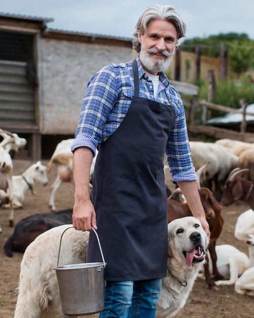 Homem com cachorro na fazenda Foto gratuita