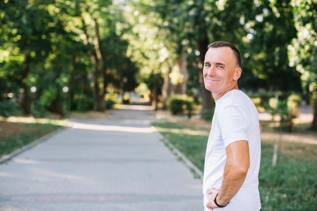 Homem com camiseta branca, olhando para a câmera Foto gratuita