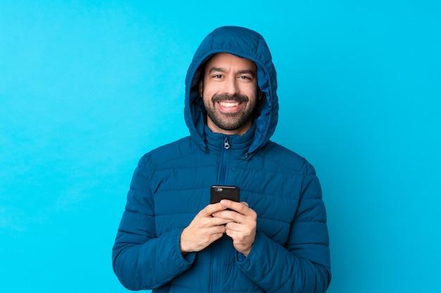 Homem com casaco de inverno sobre parede isolada Foto Premium