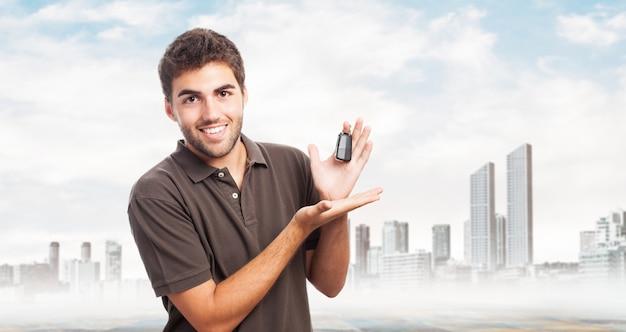 Homem com chaves de um carro Foto gratuita
