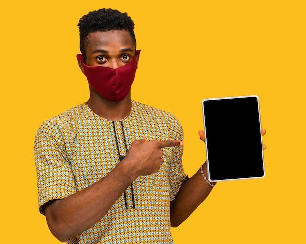 Homem com conceito de máscara facial com espaço de cópia Foto gratuita