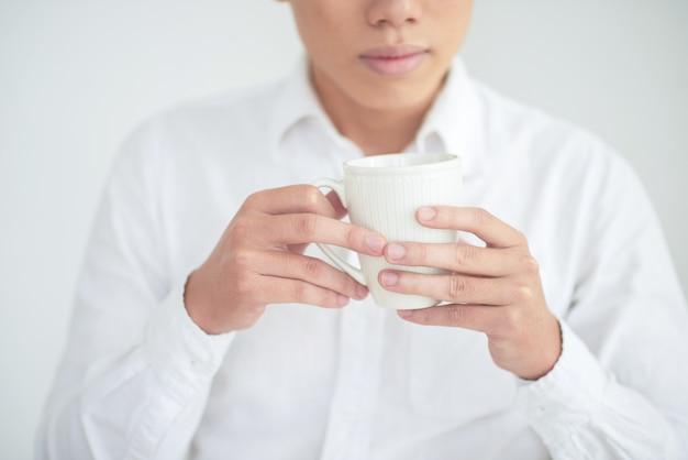 Homem com copo de chá Foto gratuita