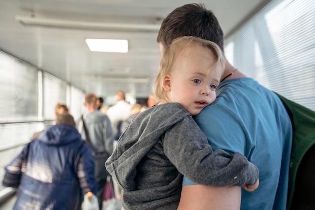 Homem, com, criança, ligado, travelator Foto Premium