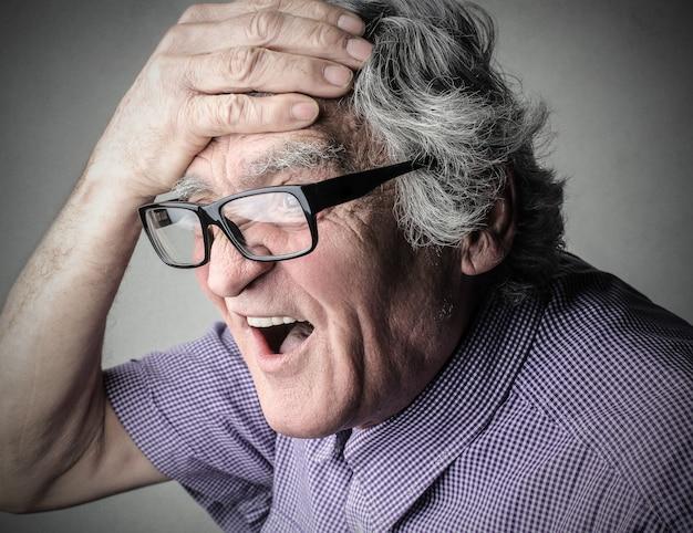Homem com dor de cabeça Foto Premium