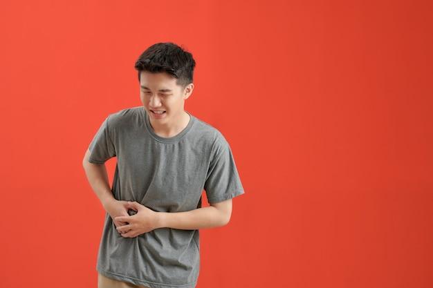 Homem com dor de estômago por causa do vermelho Foto Premium