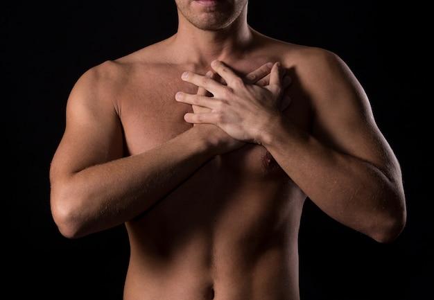Homem com dor no peito Foto gratuita