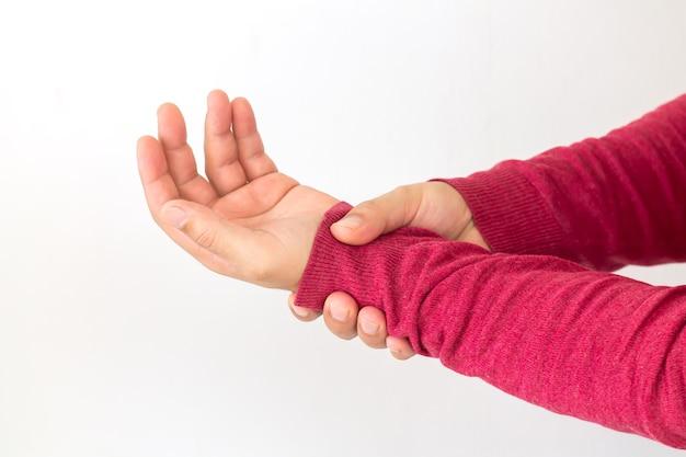 Homem com dor no pulso devido a artrite, reumatismo ou entorse Foto Premium