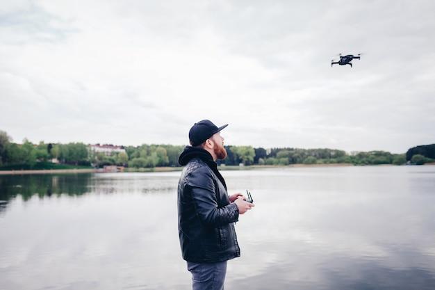 Homem, com, drone, com, câmera Foto Premium