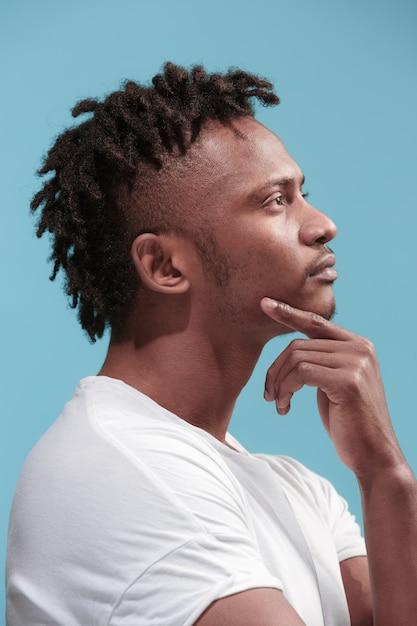 Homem com expressão pensativa, fazendo escolha Foto gratuita