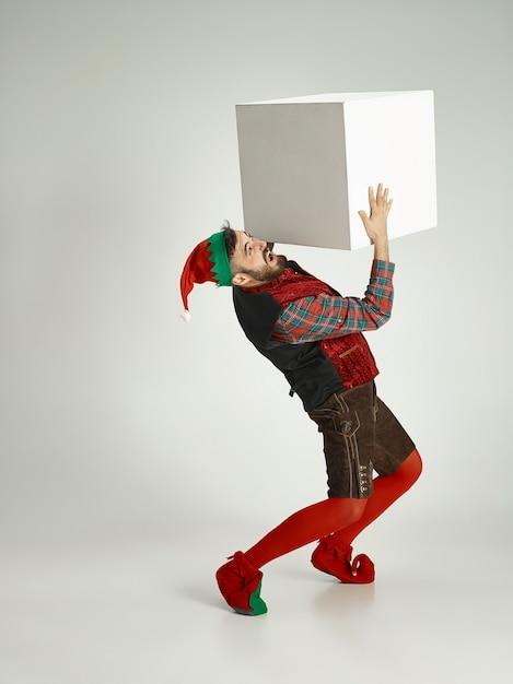 Homem com fantasia de elfo. Foto gratuita