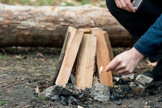 Homem com fogueira fazendo fogueira Foto gratuita