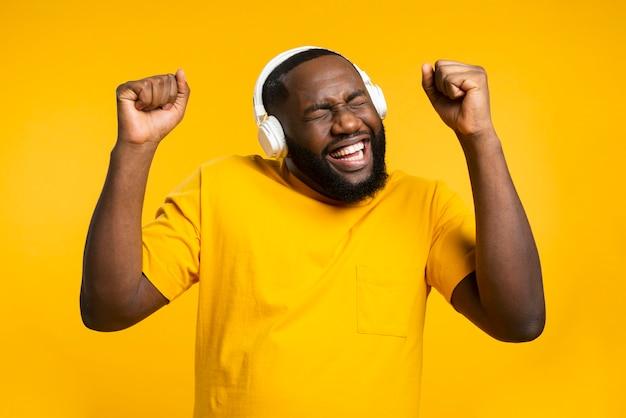 Homem com fones de ouvido dançando Foto Premium