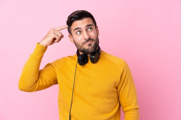 Homem com fones de ouvido Foto Premium