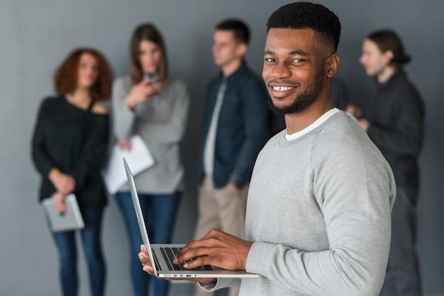 Homem, com, laptop, frente, pessoas Foto gratuita
