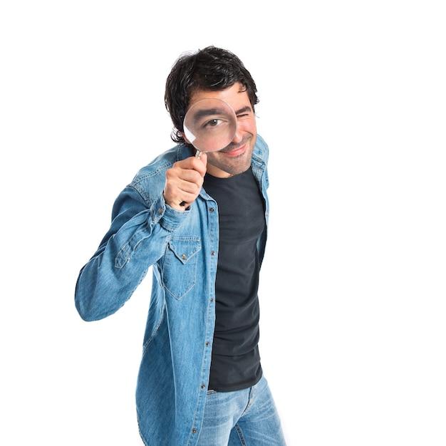 Homem com lupa sobre fundo branco Foto gratuita