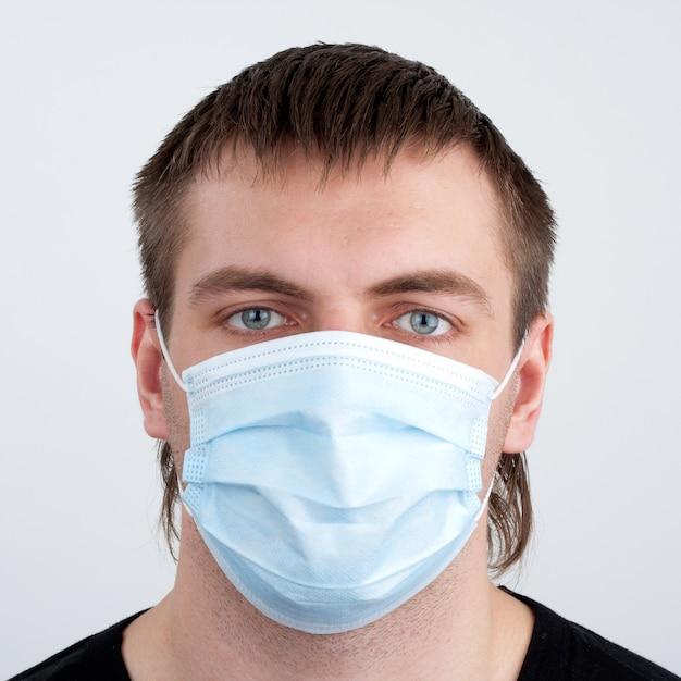 Homem com máscara médica Foto Premium