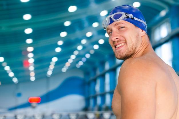 Homem com óculos de natação, olhando para o fotógrafo Foto gratuita
