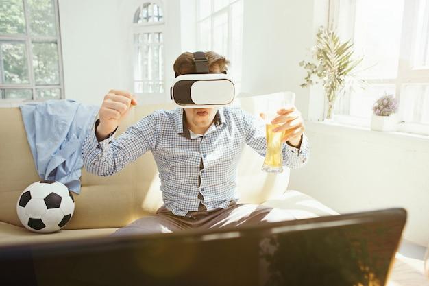 Homem com óculos de realidade virtual Foto gratuita