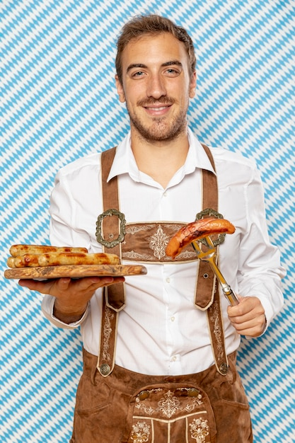 Homem, com, prato madeira, de, alemão, linguiças Foto gratuita