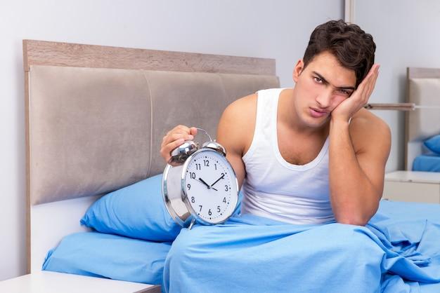 Homem com problemas para acordar de manhã Foto Premium