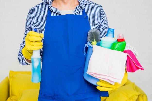 Homem, com, produtos limpando Foto gratuita