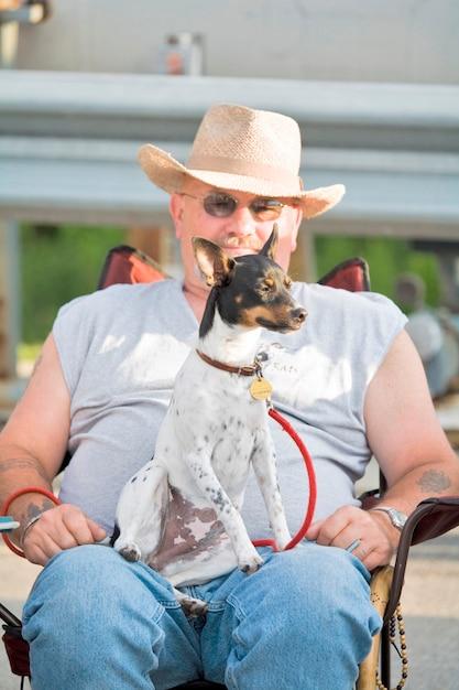 Homem, com, rato, terrier, sentando, ligado, colo Foto Premium