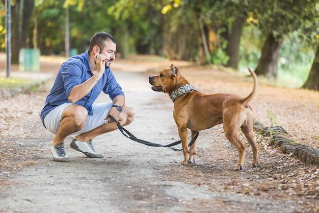 Homem, com, seu, cão, parque Foto Premium